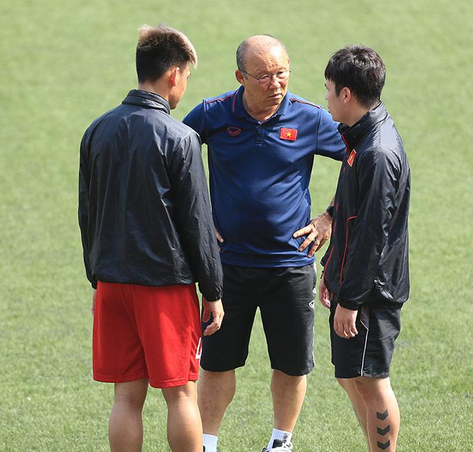 HLV Park Hang Seo cũng trò chuyện riêng với Tấn Tài. Hậu vệ 22 tuổi có 2 trận không tốt, trước khi bị thay ra sớm liên tiếp