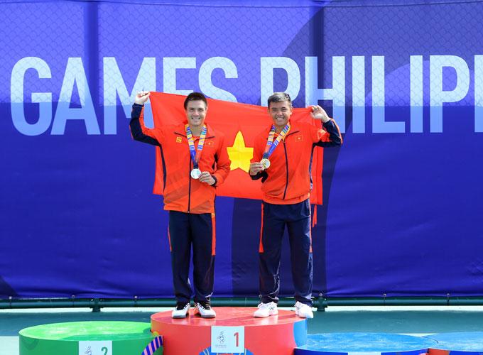 Hoàng Nam (phải) đánh bại người đồng đội Daniel Nguyễn để giành HCV SEA Games đầu tiên cho quần vợt Việt Nam