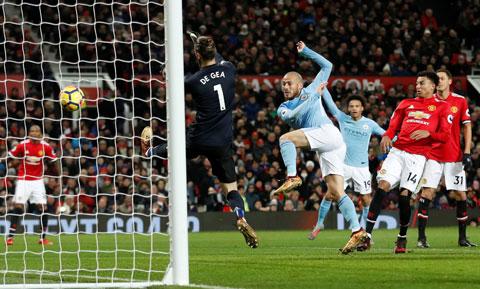 Lợi thế sân nhà sẽ giúp Man City (áo sáng) đánh bại Man United trong trận derby thứ 179