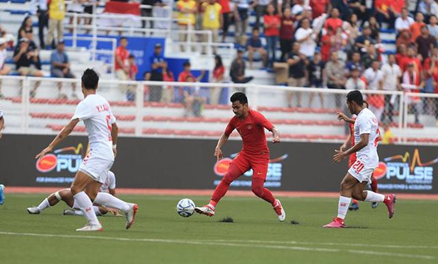 U22 Indonesia (áo đỏ) đang chơi chủ động hơn. Ảnh: Trí Công