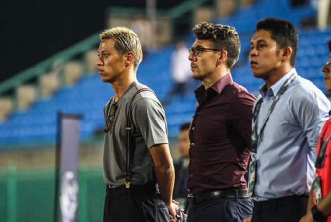 Felix Dalmas là cộng sự và là đồng HLV trưởng của danh thủ Keisuke Honda ở đội tuyển quốc gia Campuchia. So với Honda, Dalmas thực tế chỉ là một cầu thủ vô danh người Argentina từng chơi bóng một vài năm ở giải nghiệp dư Nhật Bản, trước khi treo giày và chuyển sang sự nghiệp huấn luyện.