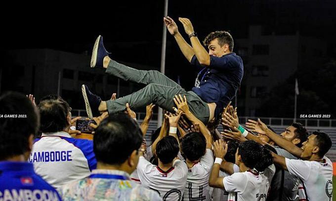 Nhà cầm quân trẻ tuổi người Argentina vừa làm nên lịch sử khi giúp U22 Campuchia lần đầu tiên vào đến vòng bán kết SEA Games.