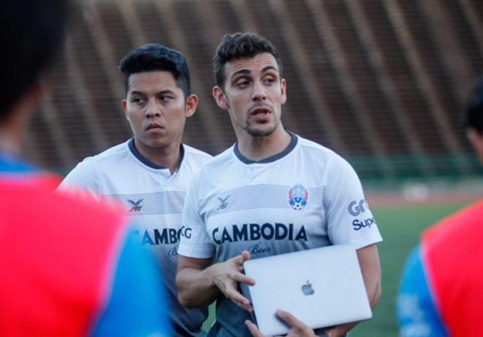 Nếu như Honda vẫn tiếp tục thi đấu và chỉ có thể chỉ đạo từ xa thì chính Dalmas là người truyền tải, gắn bó và phát triển bóng đá Campuchia trong vòng 2 năm qua.