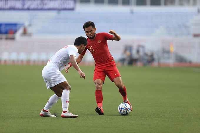 U22 Indonesia (áo đỏ) và U22 Myanmar vẫn đang thi đấu giằng co quyết liệt - Ảnh: Trí Công/Đức Cường