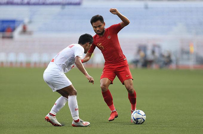 Gần cuối hiệp 1, U22 Indonesia có tình huống phản công nhanh về phía khung thành của U22 Myanmar. Tiền đạo của Indonesia ngã trong vòng cấm sau pha va chạm với một hậu vệ của Myanmar. Tuy nhiên, trọng tài xác định đó không phải là phạm lỗi của cầu thủ bên phía áo trắng
