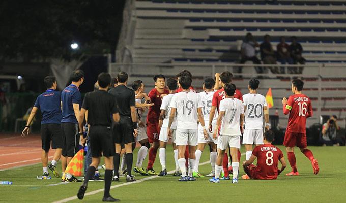 Phút 16, tiền vệ Piseth bên phía Campuchia có pha vào bóng nguy hiểm với Trọng Hoàng. Cho rằng đó là pha bóng triệt hạ học trò, HLV Park Hang Seo thêm lần nữa lao ra sát sân để ý kiến với trọng tài cần rút thẻ vàng cảnh cáo cầu thủ đối phương