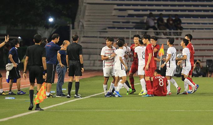 HLV Park Hang Seo sau đó bình tĩnh hơn, yêu cầu các cầu thủ không được lao vào nhau ẩu đả