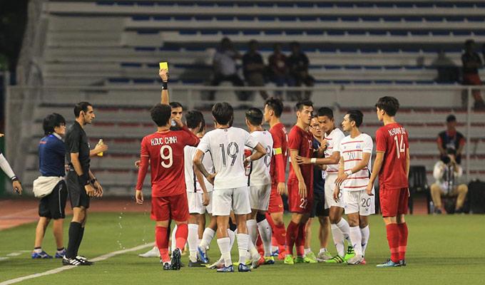 Và đúng như mong đợi của nhà cầm quân người Hàn Quốc, trọng tài đã rút ra 1 thẻ vàng để cảnh cáo cầu thủ bên phía Campuchia sau pha phạm lỗi thô bạo với Trọng Hoàng