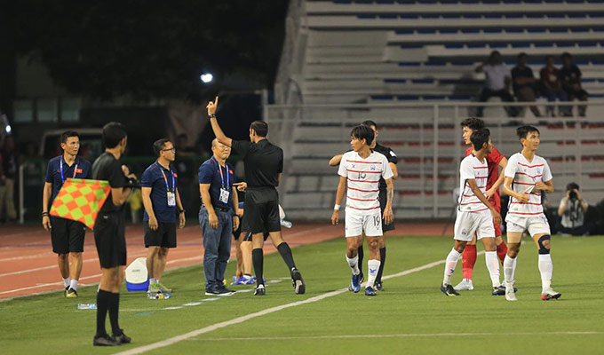 Tuy nhiên, sau khi tham khảo ý kiến của trọng tài bàn, trọng tài chính Ahmad đã có những nhắc nhở, rút ra thẻ vàng cảnh cáo với trọng tài Park Hang Seo vì lỗi phản ứng thái quá