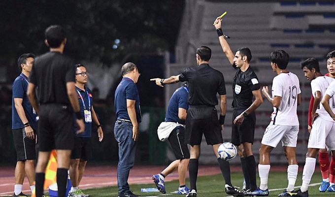 HLV Park không giấu được sự bất ngờ khi biết mình bị phạt thẻ vàng. Đây là lần thứ 2 khi cầm quân các ĐT Việt Nam, thầy Park bị thẻ vàng. Trước đó, ông từng bị phạt thẻ vàng ở trận đấu với ĐT Thái Lan tại vòng loại World Cup 2022. Gần nhất, trợ lý của thầy Park là Lee Young Jin cũng bị phạt thẻ vàng vì lỗi tương tự