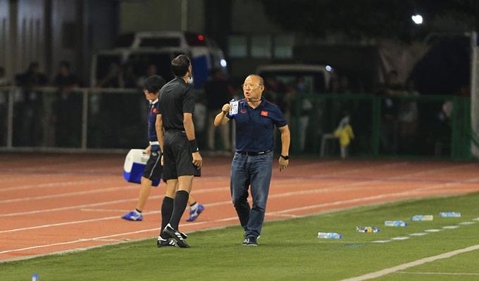 Sau đó, ông thầy người Hàn Quốc thể hiện thái độ gay gắt chạy ra phía trọng tài bàn để thắc mắc. Ông giơ thẻ HLV viên trưởng và cho rằng mình có quyền phản ứng với những diễn biến trên sân