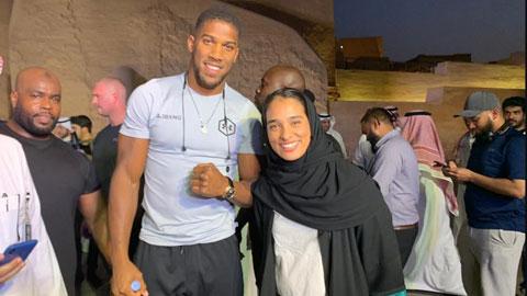 Tay bốc Anthony Joshua và Rasha Alkhamis, ứng viên nữ đầu tiên của Liên đoàn boxing  Saudi Arabia