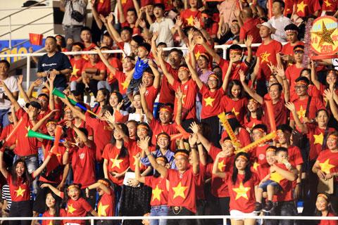 Rất đông NHM đã đến sân tiếp sức cho các cầu thủ thân yêu Ảnh: Đức Cường