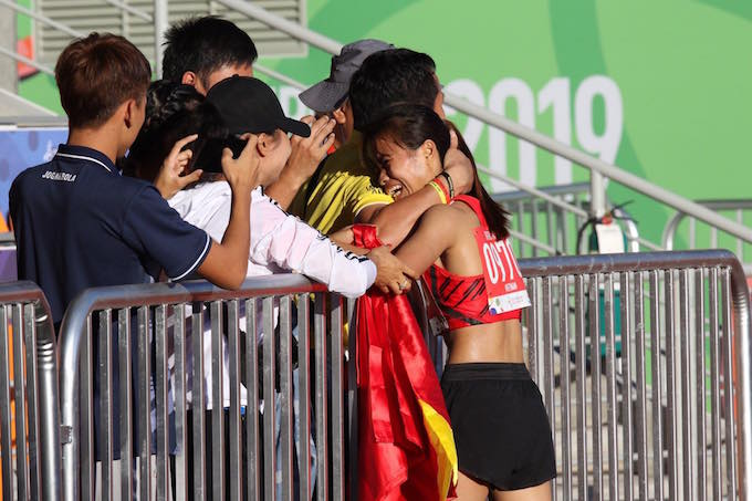 Hạnh phúc vỡ oà của Thu TRang khi lần đầu tiên giành HCV SEa Games. Ảnh: Tuấn Thành