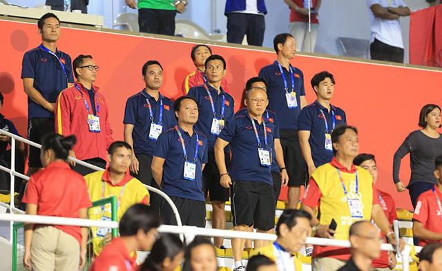 HLV Park Hang Seo và các trợ lý trên khán đài. Ảnh: Trí Công/ Đức Cường