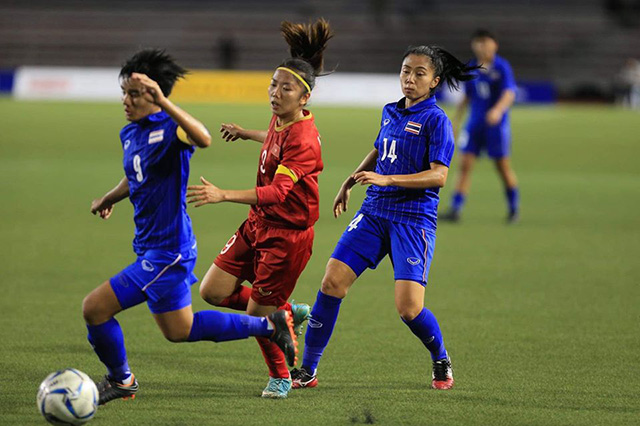 Huỳnh Như (áo đỏ) và các đồng đội đang chơi đầy nỗ lực. Ảnh: Trí Công/ Đức Cường