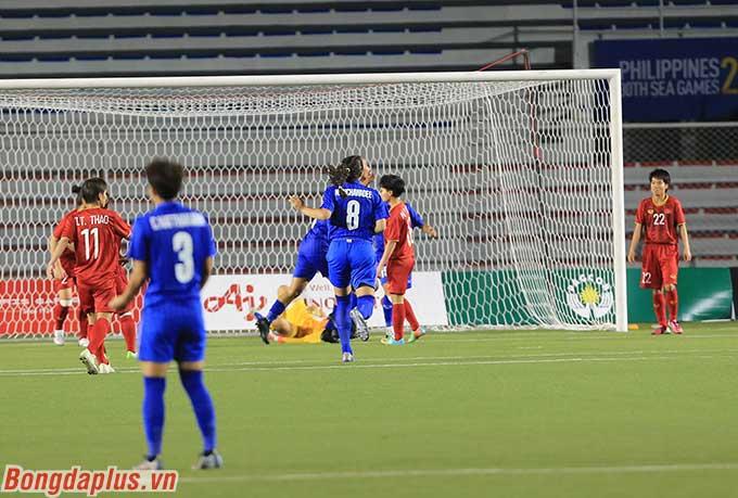 Ở đầu hiệp 2, ĐT nữ Thái Lan ghi bàn vào lưới ĐT nữ Việt Nam trong trận chung kết bóng đá nữ SEA Games 2019.