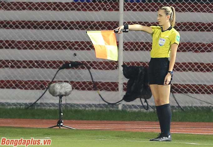 Nhưng ngay lập tức, nữ trợ lý trọng tài Joanna Charaktis căng cờ báo việt vị, xác nhận bàn thắng không hợp lệ.