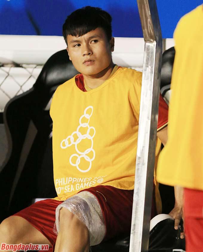 Giống như trận đấu với U22 Thái Lan, đội trưởng Nguyễn Quang Hải hiện diện trên cabin huấn luyện như để cổ vũ và tiếp lửa tinh thần cho các đồng đội chiến đấu ở trận bán kết với U22 Campuchia.