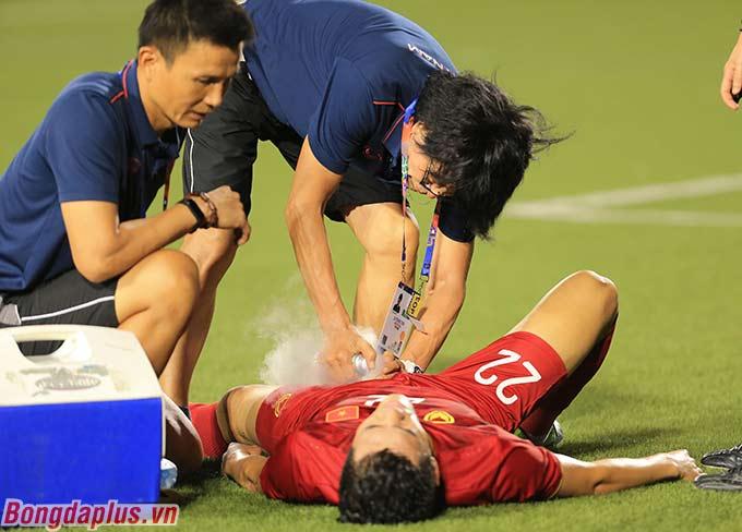 Một cầu thủ khác là Tiến Linh bị đau ở háng sau pha va chạm với cầu thủ Campuchia ở hiệp 1.