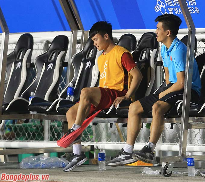 Trong khi đó, Quang Hải tích cực tập luyện trên cabin. Anh hy vọng mình sẽ kịp bình phục cho VCK U23 châu Á diễn ra sau SEA Games đúng 3 tuần.