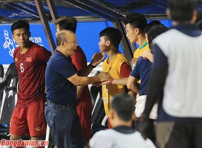 HLV Park Hang Seo chia vui với Quang Hải cùng các đồng đội sau chiến thắng trước Campuchia.