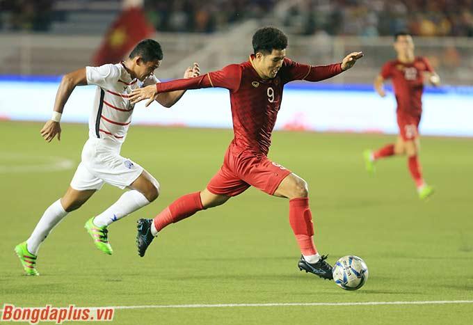 Không chịu thua đồng đội Tiến Linh, Đức Chinh có pha nước rút trước khi dứt điểm tung lưới U22 Campuchia lần thứ 2, chỉ 6 phút sau bàn mở tỷ số của Tiến Linh.