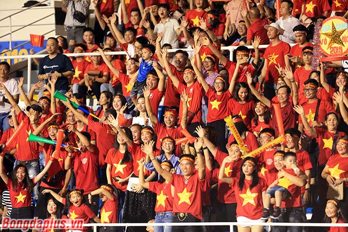 Giống như những trận đấu trước đó, hơn 1.000 CĐV Việt Nam đến sân để cổ vũ cho Hùng Dũng và các đồng đội.