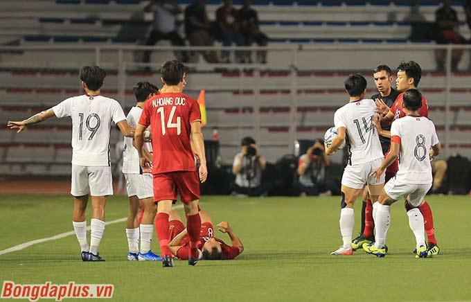 Trận đấu nóng ngay từ những phút đầu tiên. Sau khi Trọng Hoàng liên tục bị phạm lỗi, U22 Việt Nam tỏ ra bức xúc trước lối đá rát và khó chịu của U22 Campuchia.