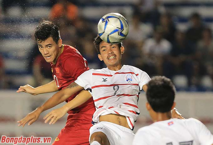 Ngay ở phút thứ 20, Tiến Linh đã có pha đánh đầu tung lưới U22 Campuchia mở tỷ số.