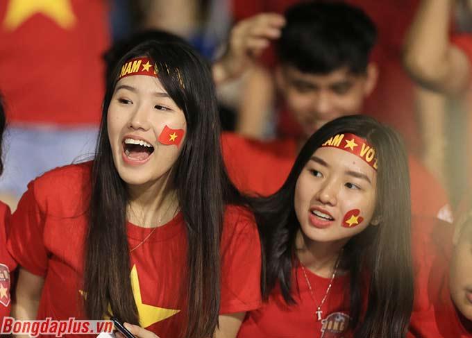 Các CĐV tỏ ra rất phấn khích. Họ dần nghĩ đến trận chung kết ngay ở thời điểm Tiến Linh ghi bàn đưa U22 Việt Nam dẫn trước 1-0 trước U22 Campuchia.