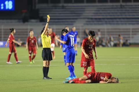 Cầu thủ Thái Lan nhận thẻ vàng sau một tình huống chơi xấu - Ảnh: Trí Công