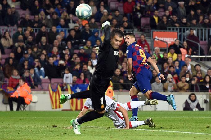 Suarez ghi dấu với pha giật gót không thể tin nổi