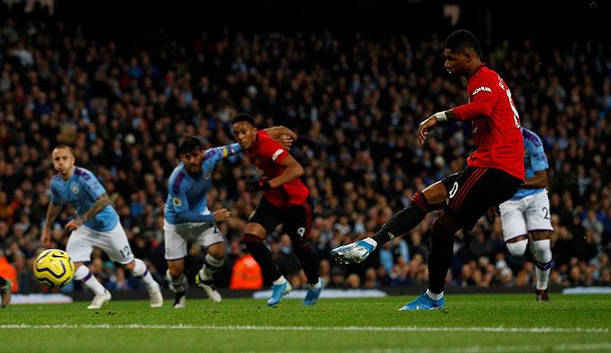 Rashford tự mình thực hiện thành công quả penalty
