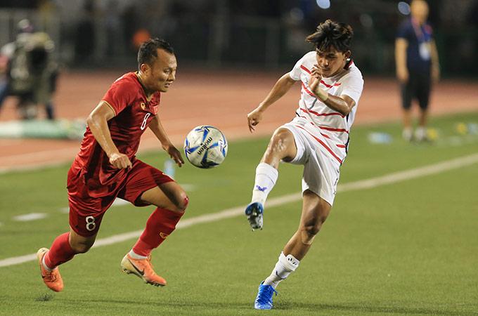 Để có thể ngăn cản Trọng Hoàng, các cầu thủ Campuchia không còn cách nào khác là phải phạm lỗi với anh