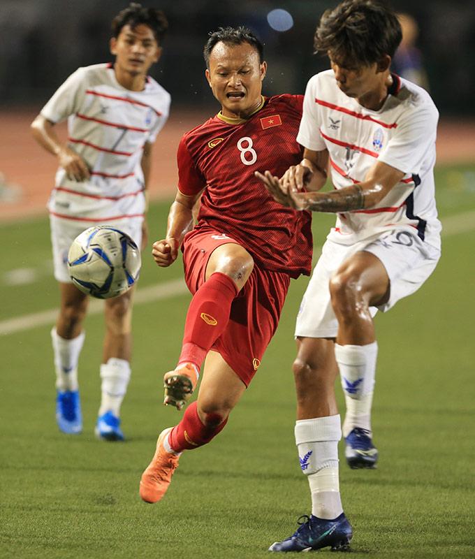 Hình ảnh xúc động nhất trong trận đấu có lẽ là việc Trọng Hoàng nén đau, tiếp tục chiến đấu suốt cả trận dù cả 2 đầu gối bị nát bươm, toác máu vì những pha vào bóng thô bạo của U22 Campuchia
