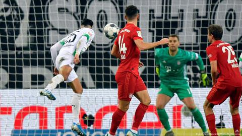 Tình huống M'gladbach mở tỷ số trong chiến thắng 2-1 trước Bayern (áo sẫm) ở vòng 14 cuối tuần qua