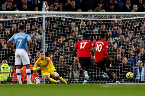 Tình huống Rashford (10) sút penalty thành công, đưa M.U vượt lên dẫn trước Man City ở trận derby cuối tuần qua