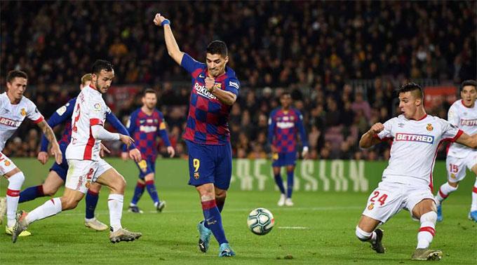 Pha giật gót điệu nghệ của Suarez