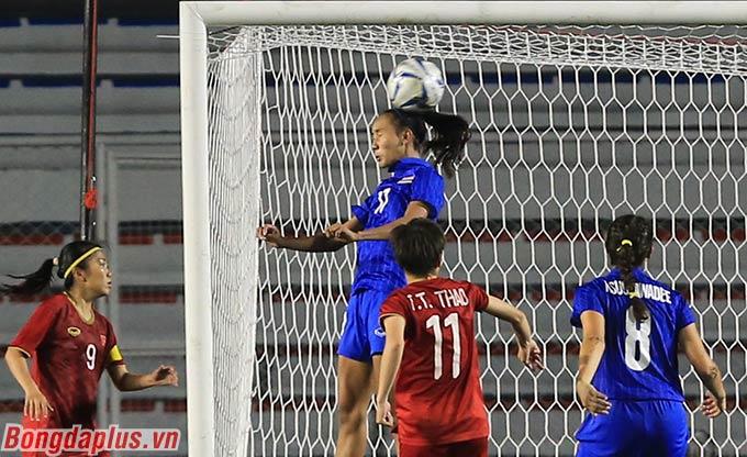 HLV Thái Lan muốn Taneekarn tận dụng tốt chiều cao của mình để gây nguy hiểm cho cầu môn Việt Nam. Nhưng đáng tiếc chính lợi thế ấy của Dangda vô tình đã trở thành pha đánh đầu tạo cơ hội cho Việt Nam ghi bàn ở đầu hiệp phụ.
