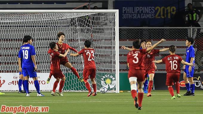 Niềm vui của các cầu thủ nữ Việt Nam sau khi có được bàn ấn định tỷ số 1-0 trước Thái Lan ở chung kết.