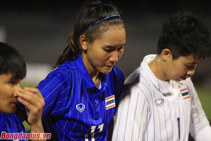 Em gái của Dangdang cúi gằm mặt khi đứng trước người hâm mộ.