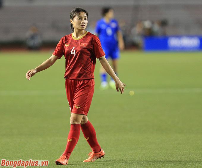 Phút 89 trong trận Việt Nam đấu Thái Lan, Nguyễn Thị Xuyến rời sân để nhường chỗ cho Hoàng Thị Loan - Ảnh: Đức Cường