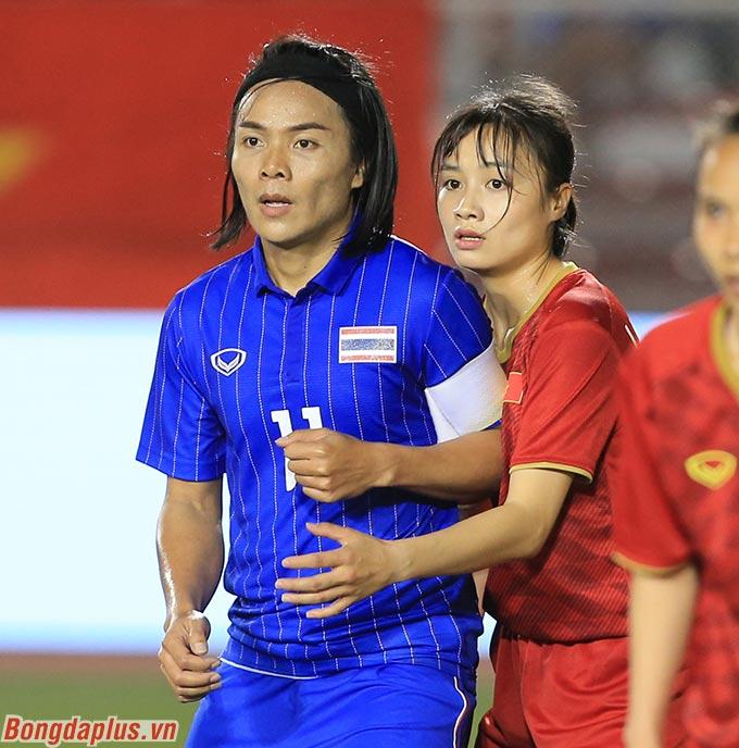 Đối đầu với những tiền đạo cao to bên phía Thái Lan, cô nàng nhỏ nhắn đã thi đấu đầy xuất sắc và làm tốt nhiệm vụ trong suốt những phút ra sân thi đấu - Ảnh: Đức Cường