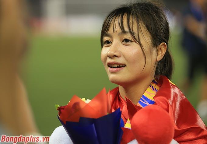 """Hoàng Thị Loan cũng nhận được sự cổ vũ của các đàn chị như Huỳnh Như, Tuyết Dung. """"Các chị động viên tất cả đồng đội cố gắng, đá hết sức mình và cố gắng đạt huy chương Vàng"""", Loan cho biết - Ảnh: Đức Cường"""