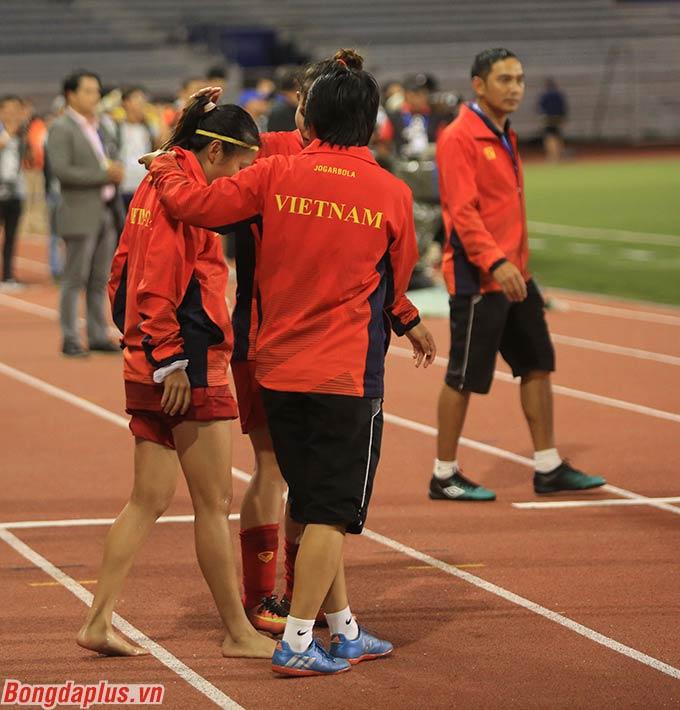 Huỳnh Như đi chân trần, bước từng bước một đầy cố gắng để lên bục nhận huy chương.