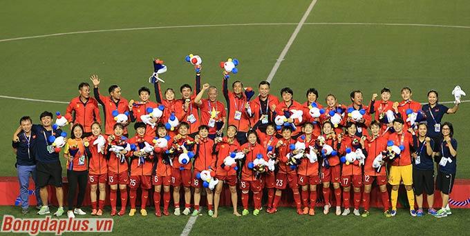 Huỳnh Như cùng các đồng đội ăn mừng tấm huy chương vàng. Đây là lần thứ 6, Việt Nam vô địch môn bóng đá nữ SEA Games.