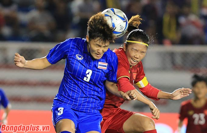 Các cầu thủ phòng ngự bên phía Thái Lan phải rất vất vả để truy cản được Huỳnh Như trước và trong vòng cấm địa.