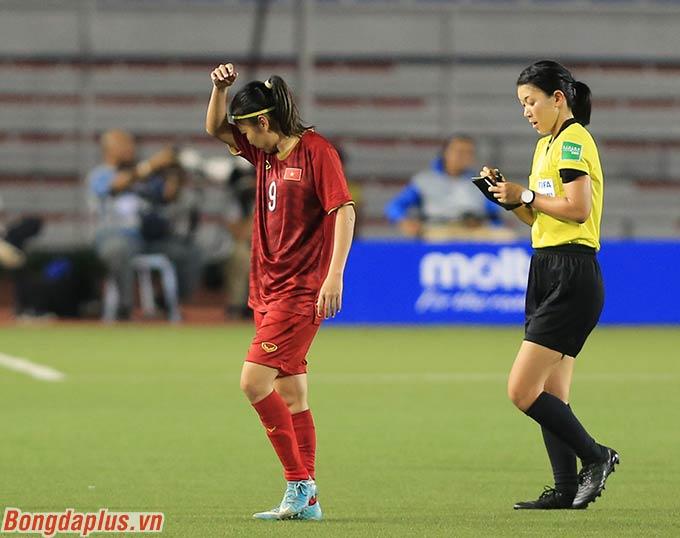 Huỳnh Như không thể đi nhanh được nữa. Nhưng trọng tài chính lại cho rằng Huỳnh Như câu giờ và rút thẻ phạt đối với cô.