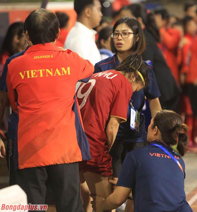 Khi chuẩn bị lên trao huy chương vàng, Huỳnh Như đã không thể đi được vì vẫn còn căng cơ.